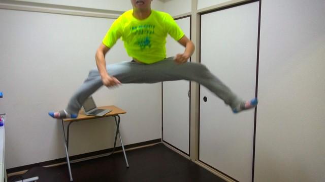 【大成功】手を使わないでズボンを履く男!